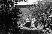 Nederland, Ooijpolder, 1-6-1999..Twee oudere vrouwen rusten in de berm tijdens een fietstocht. ouderen, weduwen, natuur, recreatie..Foto: Flip Franssen/Hollandse Hoogte
