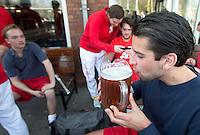 AMSTELVEEN - Hockey - Picher met bier in de derde helft. Wedstrijd tussen de JH1 teams, jong senioren, tusssen de mannen van Myra en Rood Wit. (3-5).  COPYRIGHT KOEN SUYK
