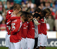 Fotball<br /> Championship 2004/05<br /> Nottingham Forest v West Ham¨<br /> 26. september 2004<br /> Foto: Digitalsport<br /> NORWAY ONLY<br /> Nottingham Forest players observe a minute's silence out of respect for former manager Brian Clough
