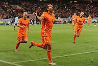 Fotball<br /> VM 2010<br /> Semifinale<br /> 06.07.2010<br /> Nederland / Holland v Uruguay<br /> Foto: Witters/Digitalsport<br /> NORWAY ONLY<br /> <br /> Jubel 0:1 v.l. Wesley Sneijder, Torschuetze Giovanni van Bronckhorst, Demy de Zeeuw (Niederlande)<br /> Fussball WM 2010 in Suedafrika, Halbfinale, Uruguay - Niederlande