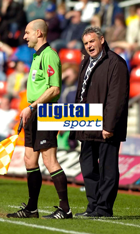 Photo: Alan Crowhurst.<br />Southampton v Cardiff City. Coca Cola Championship. 01/04/2006. Cardiff manager Dave Jones has a word with the linesman.