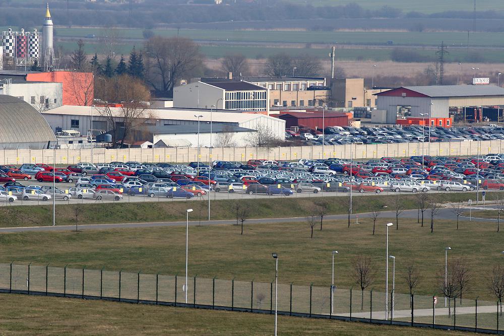 """Mlada Boleslav/Tschechische Republik, Tschechien, CZE, 19.03.07: Das Skoda Werksgelände vom Dach des von Mitarbeitern sogenannten """"Pentagon"""" - dem Sitz der Skoda Chefs direkt gegenüber der Skoda Autofabrik in Mlada Boleslav. Der tschechische Autohersteller Skoda ist ein Tochterunternehmen der Volkswagen Gruppe.<br /> <br /> Mlada Boleslav/Czech Republic, CZE, 19.03.07: View over Skoda factory complex and its parking place with new Skoda vehicles from administration building at Skoda car factory in Mlada Boleslav. Czech car producer Skoda Auto is subsidiary of the German Volkswagen Group (VAG)."""