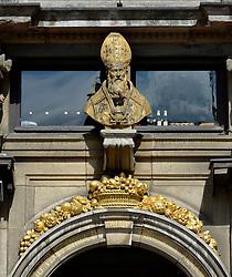 THEMENBILD - Brüssel ist die Haupt- und Residenzstadt des Königreichs Belgien, Sitz der Institutionen der Flämischen und Französischen Gemeinschaft Belgiens sowie von Flandern und Hauptort der Region Brüssel-Hauptstadt. Zudem stellt die Stadt den Hauptsitz der Europäischen Union sowie den Sitz der NATO, ferner den des ständigen Sekretariats der Benelux-Länder, der Westeuropäischen Union und der EUROCONTROL, hier im Bild K¬öngisstatue La Maison des Boulangers, Roi d'Espagne, Zunfthaus, Gildehaus der B¬äcker am Grote Markt, Grand Place, UNESCO Weltkulturerbe aufgenommen am 28. Juli 2013 // THEMES PICTURE - Brussels is the capital and residence city of the Kingdom of Belgium, the seat of the institutions of the Flemish and French Community of Belgium and the capital of Flanders and Brussels-Capital Region. In addition, the city is the headquarters of the European Union, and the headquarters of NATO, also the Permanent Secretariat of the Benelux countries, the Western European Union and EUROCONTROL pictured on 28th of July 2013. EXPA Pictures © 2013, PhotoCredit: EXPA/ Eibner/ Michael Weber<br /> <br /> ***** ATTENTION - OUT OF GER *****