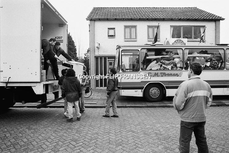 Nederland, Ooij, 04-03-1995Eind januari, begin februari 1995 steeg het water van de Rijn, Maas en Waal tot record hoogte van 16,64 m. bij Lobith. Een evacuatie van 250.000 mensen was noodzakelijk vanwege het gevaar voor dijkdoorbraak en overstroming. op verschillende zwakke punten werd geprobeerd de dijken te versterken met zandzakken. Hier in de Ooijpolder bij Nijmegen keren mensen terug nadat het water het hoogste punt gepasseerd is..Late January, early February 1995 increased the water of the Rhine, Maas and Waal to a record high of 16.64 meters at Lobith. An evacuation of 250,000 people was needed because of flood risk. At several points people tried to reinforce the dikes with sandbags. Foto: Flip Franssen/Hollandse Hoogte
