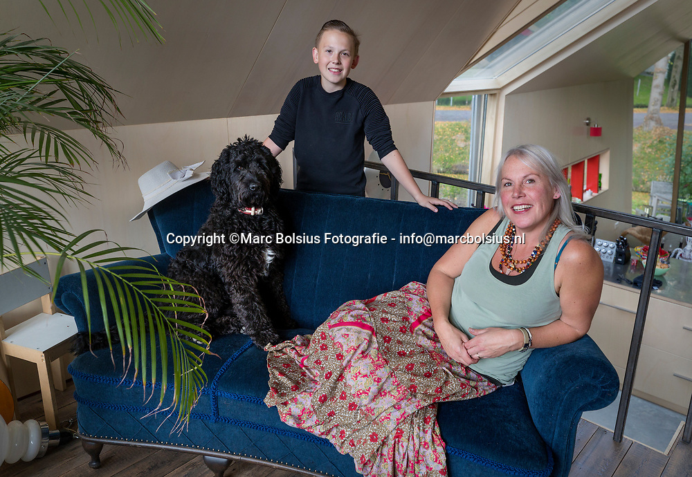 Nederland,  Rossum, rubriek Heilig Huisje, Mirjam Kanters met zoon en hond wonen aan de Slotselaan 11a.