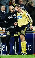 Fotball Tippeligaen LILLESTRØM vs BODØ/GLIMT 17. oktober 2005<br /> Trener Uwe Rôsler måtte trøste Arild Gilbert Sundgot da han ble pepet av banen<br /> Foto Kurt Pedersen