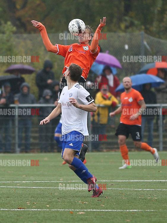 FODBOLD: Thomas Ibsen (FC Helsingør) header væk foran Anton Peterlin (HIK) under kampen i 2. Division Øst mellem HIK og FC Helsingør den 25. oktober 2014 i Gentofte Sportspark. Foto: Claus Birch