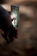 Belo Horizonte_ 17 de julho de 2011..Futebol Amador..Na foto, jogadores de Danubio (Branco) x Serra Madre (Azul) disputam bola em jogo disputado no campo do Remo no bairro Novo Gloria...Foto: NIDIN SANCHES / NITRO