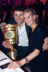 15-05-2010 VOETBAL: CHAMPIONSPARTY BAYERN MUNCHEN: BERLIN<br /> Mark van Bommel en Andra<br /> ©2010- FRH nph /  PO