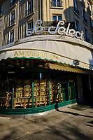France, Paris (75), la brasserie Le Select Boulevard du Montparnasse durant le confinement du Covid 19 // France, Paris, the bar Le Select in Montparnasse avenue during the confinement of Covid 19