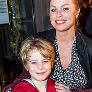 NLD/Amsterdam/20161222 - Première 32ste Wereldkerstcircus, Bridget Maasland en zoon Mees