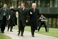 11.01.1999, Deutschland/Bonn:<br /> Gerhard Schröder, Bundeskanzler, und Jacques Santer, Präsident der Europäischen Kommission, auf dem Weg zum Fototermin, Park im Bundeskanzleramt, Bonn<br /> IMAGE: 19990111-03/01-03<br /> KEYWORDS: Gerhard Schroeder