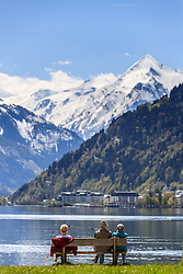 THEMENBILD - aeltere Personen sitzen auf einer Parkbank mit Blick auf den See und dem Kitzsteinhorn Gletscher, aufgenommen am 30. April 2016, am Zeller See, Zell am See, Oesterreich // elderly people sitting on a park bench to view the lake and the Kitzsteinhorn Glacier at the Lake Zell, Zell am See, Austria on 2016/04/30. EXPA Pictures © 2016, PhotoCredit: EXPA/ JFK