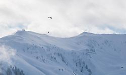 THEMENBILD - Ein Helikopter bei Lawinensprengung, aufgenommen am 11. Jänner 2019, Kitzbuehel, Oesterreich // A helicopter at avalanche blasting at the hahnenkamm in Kitzbuehel, Austria on 2019/01/11. EXPA Pictures © 2019, PhotoCredit: EXPA/ Stefan Adelsberger