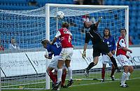 Fotball. Eliteserien Vålerenga - Bryne 1-1 Ullevål 14. august 2002. Keeper Øyvind Bolthof redder såvidt.<br /> <br /> Foto: Andreas Fadum, Digitalsport