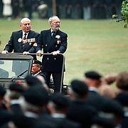 Prins Bernhard word 85 jaar, defile oud strijders op Soestdijk