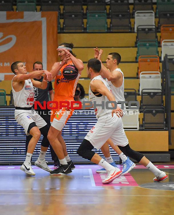 17.10.2020, RASTA-Dome, Vechta, GER, MagentaSport BBL Pokal, Gruppe B, RASTA Vechta vs JobStairs GIESSEN 46ers, im Bild unter dem Korb Scottie JAMES Jr. (Jobstairs Giessen 46ers #31 ) Dennis CLIFFORD (Rasta Vechta #42 ) Liam O`REILLY (Jobstairs Giessen 46ers #3 )<br /> Foto © nordphoto / Rojahn