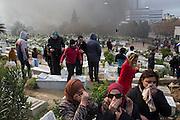 l'hommage du peuple Tunisien à Chokri Belaid fut perturbé par incidents entre jeunes casseurs et la police anti-emeutes. Des voitures sont brulées et des tirs de lacrymogène furent tires dans le cimetiere.