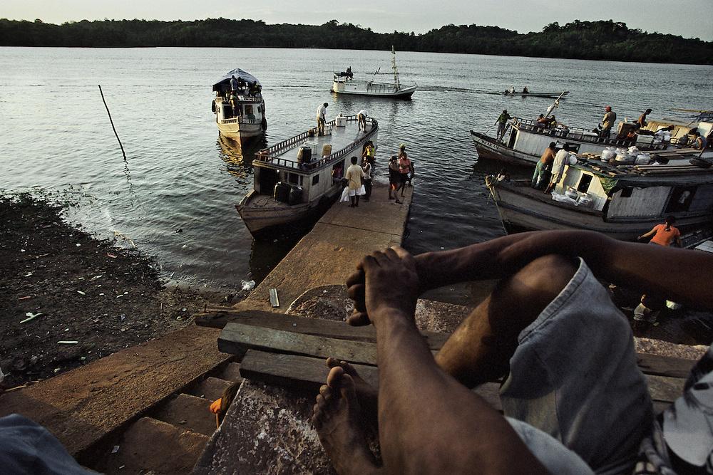 Brazil, Oiapoque, Amapa.<br /> <br /> Oiapoque est avant tout une ville de passage pour les garimpeiros bresiliens qui viennent chercher du travail sur le sol guyanais et sert de base d'approvisionnement a cette activite clandestine. Au moment du reglement des prestations sociales, les populations amerindiennes guyanaise affluent en ville pour s'approvisionner.<br /> La construction d'un pont devrait prochainement permettre le passage du fleuve oyapock et relier le Bresil au departement francais.