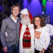 NLD/Hilversum/20121207 - Skyradio Christmas Tree, Edwin van der Sar en partner Annemarie van Kesteren met de kerstman