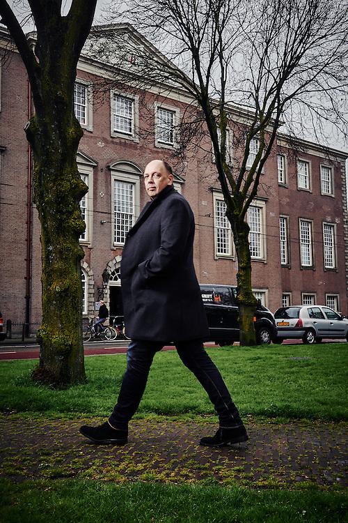 Amsterdam 25-04-16  Simon de Waal (Amsterdam, 1961) is een Nederlands auteur en scenarist voor televisie en film. Daarnaast werkt hij parttime als rechercheur bij de Amsterdamse politie.  ©Marco Hofste
