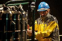 Expedición Malaspina 2010.Imágenes del Leg 5 entre Sydney y Honolulu.<br /> Un técnico de la UTM (Unidad de Tecnología Marina del CSIC) revisando la roseta oceanográfica antes de lanzarla a las profundidades del océano.<br /> <br /> © JOAN COSTA