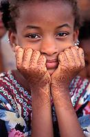"""Pakistan - """"Shiddis """", esclaves de l'empire des Indes - C'est à Mango Pir, mausolée d'un saint soufi du XIII éme siècle, situé à l'extérieur de Karachi que cette communauté noire, tiraillée entre ses racines africaines animistes et son identité musulmane pakistanaise, se retrouve et s'épanouit. Ils campent autour du mausolée dans des abris de fortune - Pendant quatre jours, des milliers de Shiddis venus de tout le sud du Pakistan, festoient, dansent, chantent, prient ensemble - Cette fillette est une Habshi, d'origine de l'Afrique de l'est. Ses mains sont tatoué au henné // Pakistan, Shiddi, the black of Pakistan with African origine"""