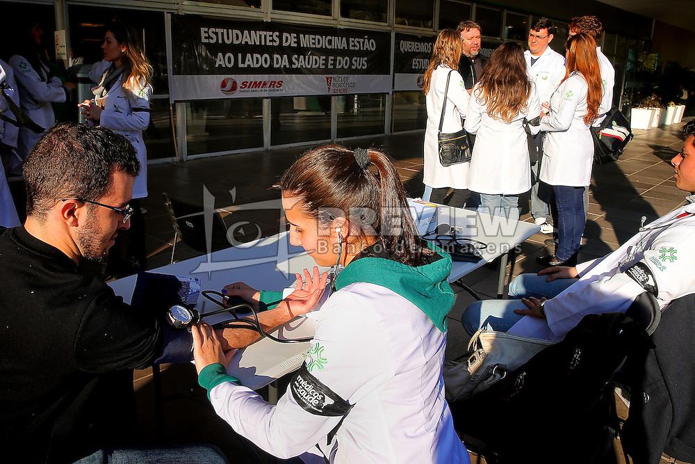 Médicos e residentes fazem paralisação para protestar contra o governo federal, no Hospital das Clínicas de Porto Alegre (RS). De acordo com o Sindicato Médico do Rio Grande do Sul (Simers), o protesto atingirá apenas os atendimentos agendados, os casos que não são de urgência. Os profissionais da categoria realizaram atividades paralelas como doação de sangue e exames.FOTO: Jefferson Bernardes/Preview.com