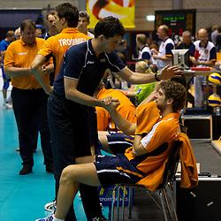 12-09-2010 VOLLEYBAL: EK KWALIFICATIE NEDERLAND - ESTLAND: ROTTERDAM<br /> Spelers van Nederland zijn teleurgesteld na het verliezen van de wedstrijd, tweede coach Arnold van Ree (L) en Yannick van Harskamp<br /> ©2010-WWW.FOTOHOOGENDOORN.NL / Peter Schalk