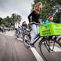 Nederland, Amsterdam, 28 juni 2016.<br /> Drukte en chaos op Weteringcircuit.<br /> <br /> People riding bikes on a busy street in Amsterdam. <br /> <br /> Foto: Jean-Pierre Jans