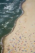 Nederland, Noord-Holland, Callantsoog, 14-07-2008; Noorzeestrand op zomerse maar winderig dag, badgasten zonnen achter windschermen; strand, zand, eb en vloed, getijden, zon, branding, zwemmen, pootje baden, zee, noordzee, kwal, kwallen, aanlandige wind. .luchtfoto (toeslag); aerial photo (additional fee required); .foto Siebe Swart / photo Siebe Swart