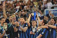Inter vince la Tim Cup, Zanetti e Materazzi alzano le coppe<br /> Inter vs Palermo 3-1<br /> Tim Cup, finale di Coppa Italia di calcio<br /> Stadio Olimpico, Roma, 29/05/2011<br /> Photo Antonietta Baldassarre Insidefoto