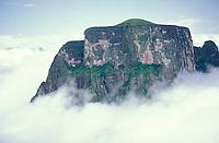 Tepuy Autana entre nubes, Amazonas, Venezuela.