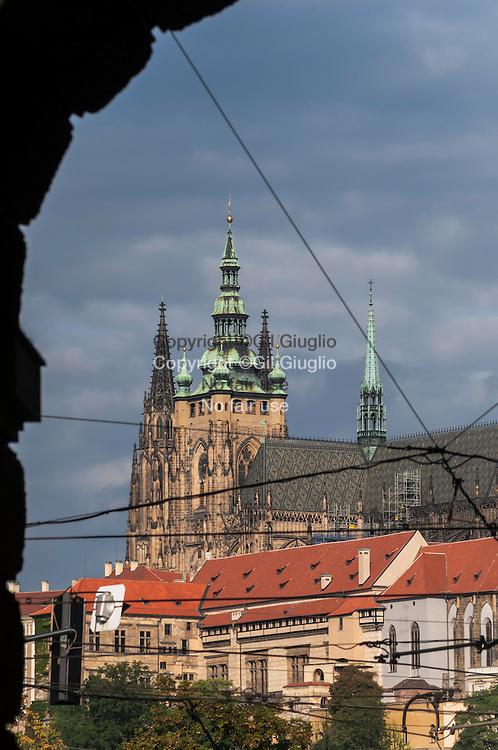 République Tchèque, Prague, cathédrale Saint Guy sur Château de Prague depuis rue Kaprova à Staré Mesto // Czech Republic, Prague,  Saint Guy cathedrale on Prague Castle from Kaprova street in Staré Mesto