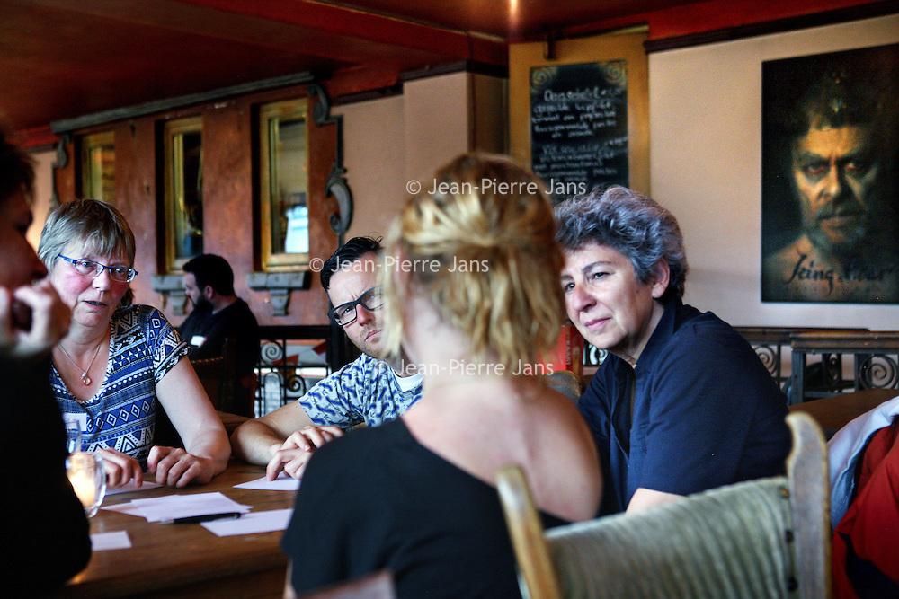 Nederland, Amsterdam , 24 juni 2014.<br /> Death Café in café restaurant de Ponteneur.<br /> Een groepje mensen komt samen in Café de Ponteneur voor een 'normaal' gesprek over de dood.<br /> Foto:Jean-Pierre Jans