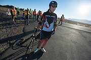 Natasha Morrison met de M5. In Battle Mountain (Nevada) wordt ieder jaar de World Human Powered Speed Challenge gehouden. Tijdens deze wedstrijd wordt geprobeerd zo hard mogelijk te fietsen op pure menskracht. Ze halen snelheden tot 133 km/h. De deelnemers bestaan zowel uit teams van universiteiten als uit hobbyisten. Met de gestroomlijnde fietsen willen ze laten zien wat mogelijk is met menskracht. De speciale ligfietsen kunnen gezien worden als de Formule 1 van het fietsen. De kennis die wordt opgedaan wordt ook gebruikt om duurzaam vervoer verder te ontwikkelen.<br /> <br /> Natasha Morrison with the M5. In Battle Mountain (Nevada) each year the World Human Powered Speed Challenge is held. During this race they try to ride on pure manpower as hard as possible. Speeds up to 133 km/h are reached. The participants consist of both teams from universities and from hobbyists. With the sleek bikes they want to show what is possible with human power. The special recumbent bicycles can be seen as the Formula 1 of the bicycle. The knowledge gained is also used to develop sustainable transport.