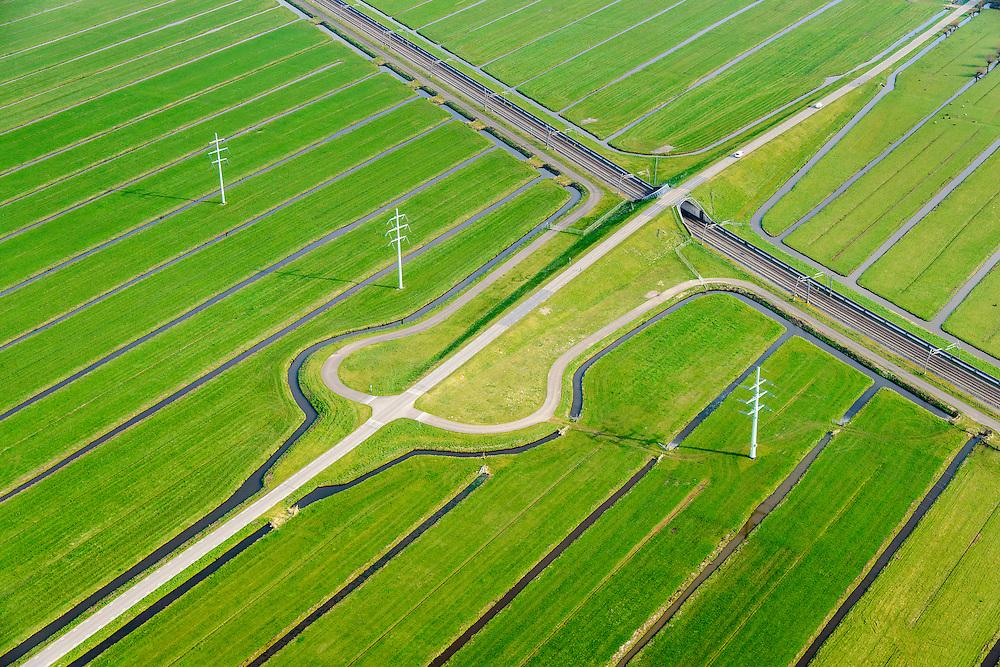 Nederland, Zuid-Holland, Hardinxveld-Giessendam, 01-04-2016; Polder Binnentiendwegs. De lokale weg, de Molenweg, kruist de Betuweroute.<br /> Betuweroute freight railway and local road, east of Rotterdam.<br /> luchtfoto (toeslag op standard tarieven);<br /> aerial photo (additional fee required);<br /> copyright foto/photo Siebe Swart
