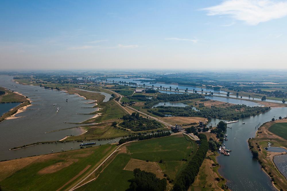 Nederland, Gelderland, Sint Andries, 08-07-2010; zicht op het Land van Maas en Waal in Noordoostelijke richting, links de Waal, rechts de Maas) met in de voorgrond Kanaal van Sint Andries, met schutsluis. Op deze plek, in de Gemeente Heerwaarden, naderen de twee rivieren elkaar het meest. Boven het kanaal een voormalig fort..View of the Land of Maas and Waal in Northeast direction, left the Waal, river meuse right and in the foreground St Andrews Channel, with lock. On this location, the two rivers approach each other the most, which in the past gave problems at high water levels. Above the channel a former fort..luchtfoto (toeslag), aerial photo (additional fee required).foto/photo Siebe Swart