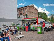 """""""Streat slow food"""" hamburgery serwowane z kampera przy ulica Kupa na Krakowskim Kazimierzu.<br /> """"Streat slow food"""" burgers served from a camper at Kupa street in Krakow's Kazimierz district."""