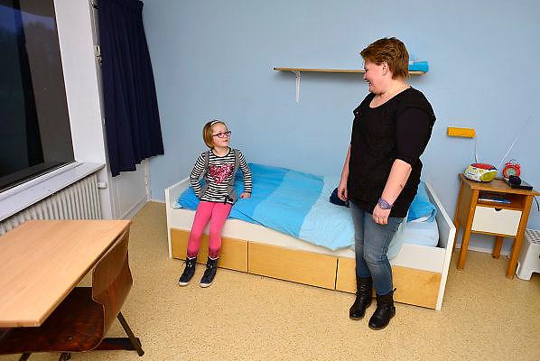 Nederland, Nijmegen, 14-2-2014Logeerhuis, weekendopvang, kinderhotel, voor kinderen met een psychische stoornis, vooral autisme. Het kleine meisje op de foto is Luna, samen met haar moeder op de slaapkamer. Nadat de kinderen aangekomen zijn vertrekken de ouders en nemen de begeleiders het over.Foto: Flip Franssen