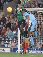 Fotball<br /> England 2004/2005<br /> Foto: SBI/Digitalsport<br /> NORWAY ONLY<br /> <br /> Coventry City v Crewe Alexandra <br /> Coca Cola championship. 27/11/2004.<br /> <br /> Coventrys Dele Adebola trys to get past crewes goalkeeper Clayton Ince