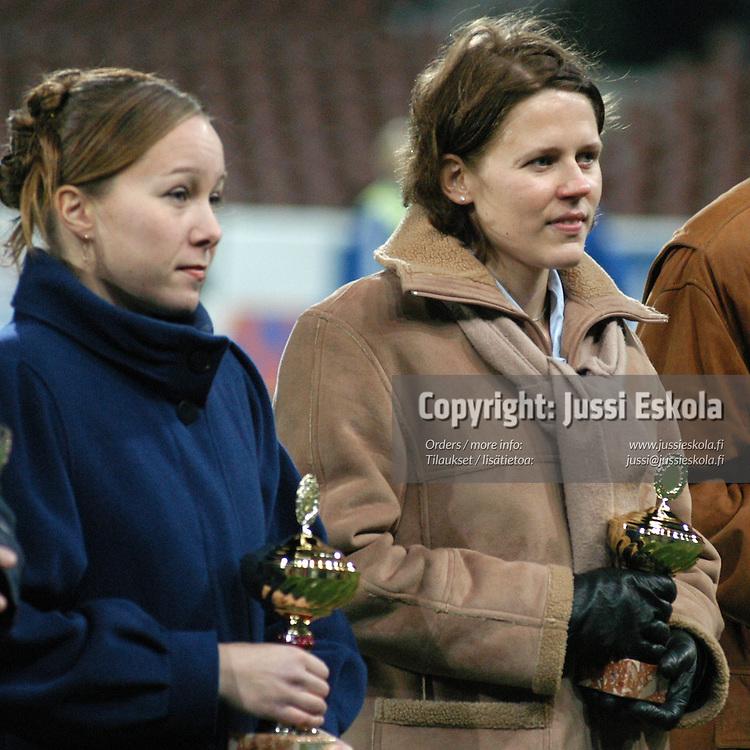 Emilia Parviainen (oik), Tiina Hyttinen.<br /> SPL:n palkintojenjako 2003.&#xA;Photo: Jussi Eskola