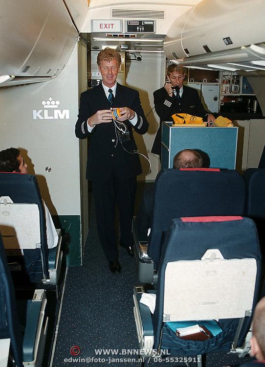 Presentatie nieuwe kleding KLM door Oger Lusink, steward geeft vlucht uitleg noodsystemen