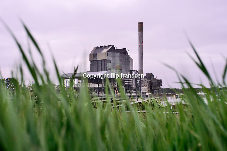 Nederland, the Netherlands, Nijmegen, 19-7-2020 De eind 2015 buiten bedrijf gestelde en gesloten elektriciteitscentrale van Engie, Electrabel, voorheen PGEM, EPON, Nuon, GDF SUEZ Energie Nederland. De sloop is in volle gang. Het was een kolengestookte centrale, met een klein beetje biomassa in de laatste jaren, en is eind 2015 afgekoppeld en stilgelegd, vanwege ouderdom, stroomoverschot en het energieakkoord waarin een energietransitie naar duurzame energie is afgesproken. Op het terrein komt een zonnpark en er komen minstens twee grote windmolens . Foto: Flip Franssen Vanwege een conflict tussen het sloopbedrijf en de eigenaar is de afbraak al een paar maanden stilgelegd . Foto: ANP/ Hollandse Hoogte/ Flip Franssen