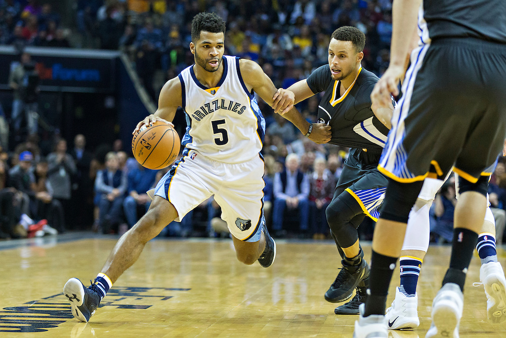 MEMPHIS, TN - DECEMBER 10:  Andrew Harrison #5 of the Memphis Grizzlies drives to the basket against Stephen Curry #30 of the Golden State Warriors at the FedExForum on December 10, 2016 in Memphis, Tennessee.  The Grizzlies defeated the Warriors 110-89.  NOTE TO USER: User expressly acknowledges and agrees that, by downloading and or using this photograph, User is consenting to the terms and conditions of the Getty Images License Agreement.  (Photo by Wesley Hitt/Getty Images) *** Local Caption *** Andrew Harrison; Stephen Curry