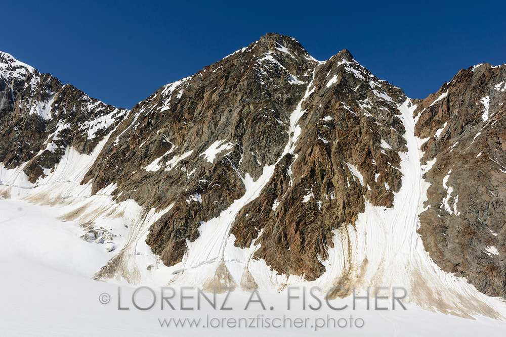 Impressionen von der Überschreitung des Dirruhorns (4035) von der Bordier-Hütte auf dem Riedgletscher über ein Couloir bis auf das Dirrujoch und via Gipfel auf dem Nordgrat bis zur Selle und über dieses Couloir retour