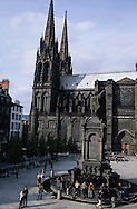 France. massif central. Clermont Ferrand. The cathedral and Place des victoires in the old city    France  /   La cathedrale et la place de la Victoire dans  la vieille ville   Clermont Ferrand  France   /  / L005090  /  R20707  /  P114788