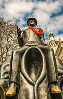 Prague, la ville aux mille tours et mille clochers, n'a pas seulement inspire Andre Breton et les surrealistes. Chaque annee, la belle Tcheque seduit des millions d'admirateurs du monde entier. Monuments, façades et statues racontent une histoire mouvementee ou planent les ombres du Golem, de Mucha ou de Kafka.<br /> Depuis 1992, le centre ville historique est inscrit sur la liste du patrimoine mondial par l'UNESCO<br /> La statue de Franz Kafka, située rue Dusni près de la Synagogue espagnole, dans le quartier de Josefov de Prague.