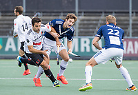 AMSTELVEEN -  Valentin Verga (Amsterdam)  met Jord Beekmans (Pinoke)    tijdens de      hoofdklasse hockeywedstrijd mannen,  AMSTERDAM-PINOKE (1-3) , die vanwege het heersende coronavirus zonder toeschouwers werd gespeeld. COPYRIGHT KOEN SUYK