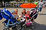 Węgorzewo, 2008-07-13. Młode matki ze swoimi dziećmi na rynku w Węgorzewie.
